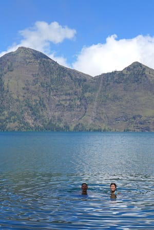 rinjani-lake-swimming