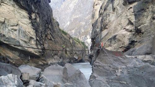Tiger-Leaping-Gorge-bridge